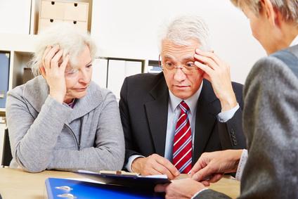 Senioren bei Beratung haben Angst vor Altersarmut
